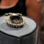 V jednoduchých šatech oživených krásným šperkem upoutáte pozornost všech
