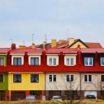 Výhody a nevýhody bydlení v paneláku nebo v rodinném domě